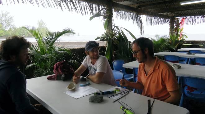 Un momento durante la preparazione delle attivit· di campo. Di fronte Alessio Rovere (a destra) e Daniel Harris (ricercatore della Queensland University, Australia, a sinistra). Di spalle Valeriano Parravicini ((ricercatore alla Ecole Pratique des Hautes