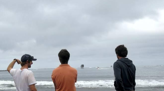 Da sinistra a destra Daniel Harris (ricercatore della Queensland University, Australia), Alessio Rovere e Valeriano Parravicini (ricercatore alla Ecole Pratique des Hautes Etudes, Francia) studiano come raggiungere il sito di Teahupo'o per posizionare i l