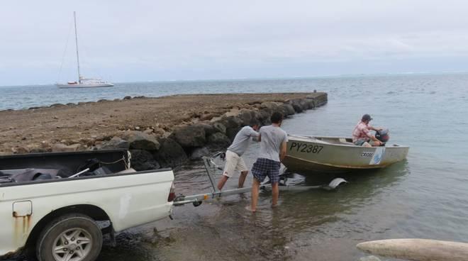 Messa in acqua della imbarcazione usata a Tahiti dal gruppo di ricerca di Alessio Rovere per raggiungere la barriera corallina.