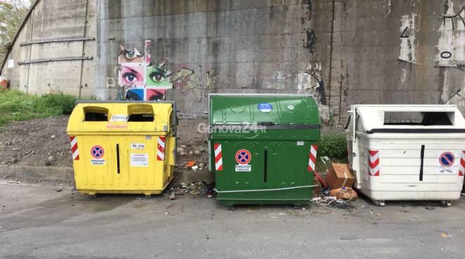 Erbacce e rifiuti lungo la via che porta all'aeroporto