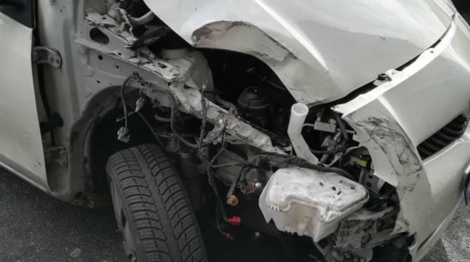 incidente auto distrutta