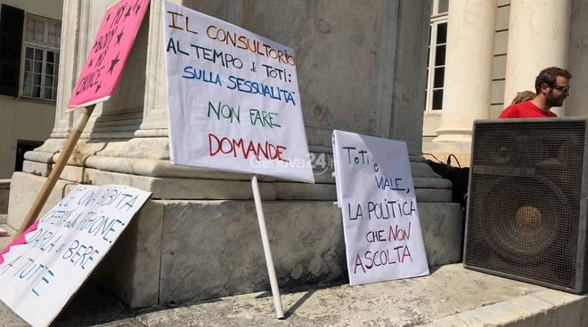 Protesta di Non una di Meno per salvare i consultori