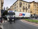 Camion incastrato sull'Aurelia ad Alassio