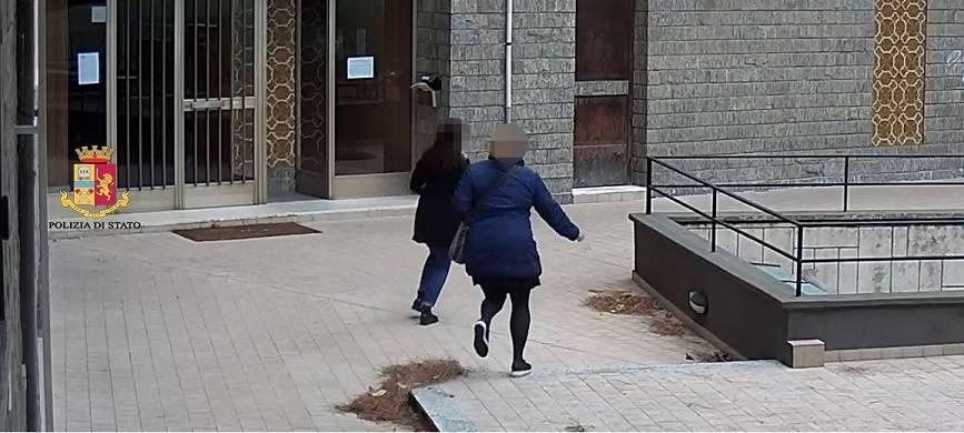 Accusati di fingersi addetti comunali per derubare gli anziani: coppia in manette