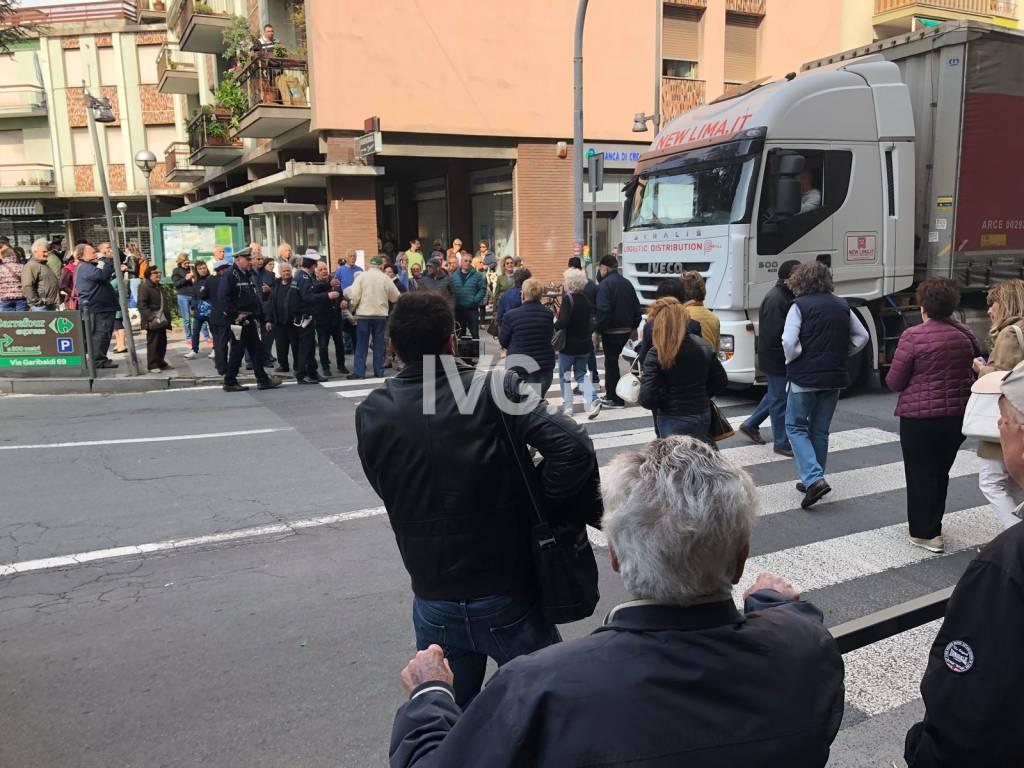 Albisola, la protesta dei cittadini contro il traffico