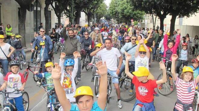 Bimbimbici bambini in bicicletta