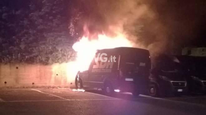 incendio furgone notte vigili del fuoco vvff