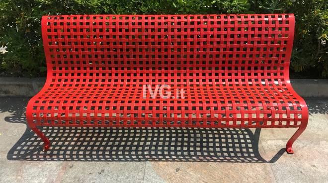una panchina rossa e una bianca cosi albenga dice no alla violenza sulle donne ivg it violenza sulle donne