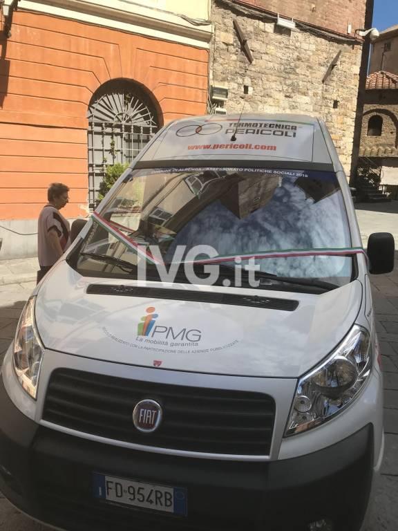 Albenga, inaugurato il nuovo pulmino per i disabili donato dai privati al Comune