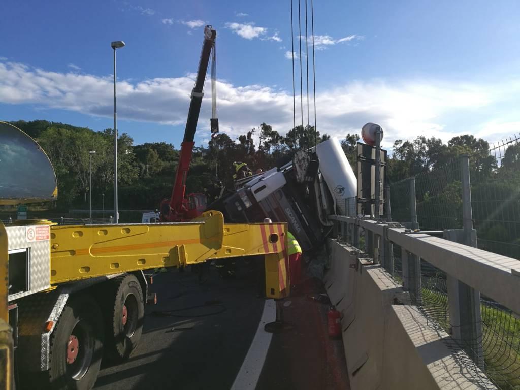 Camion che trasporta cavalli sbanda sull'autostrada
