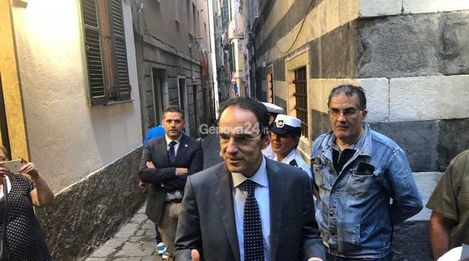 Il procuratore Cozzi, il questore Bracco e l'assessore Garassino in vico Mele