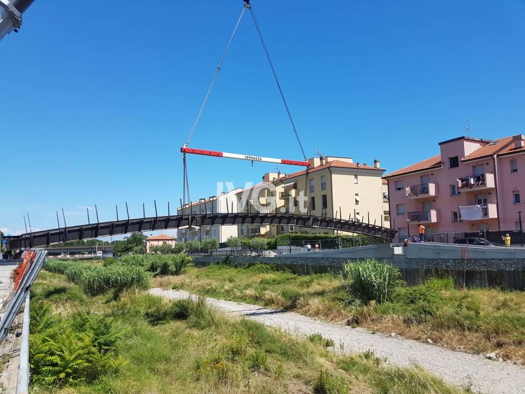 La nuova passerella sul torrente Segno a Vado Ligure