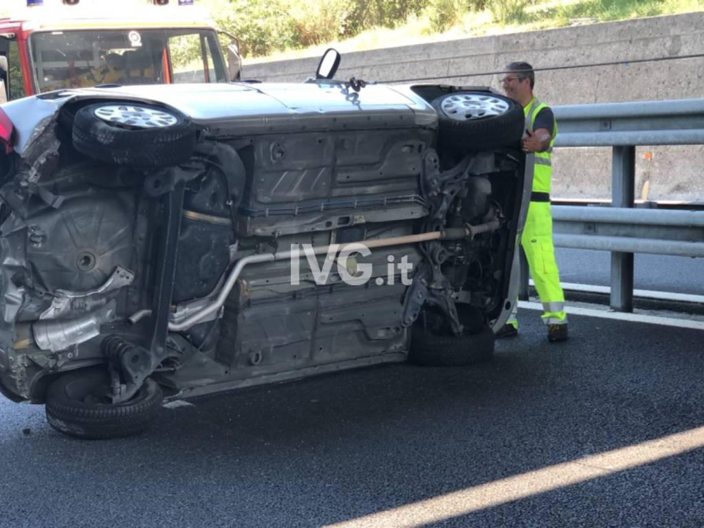 Auto cappottata sull'autostrada a Spotorno