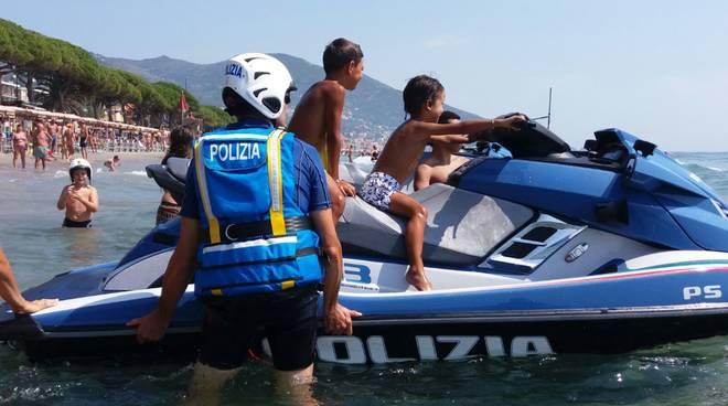 """Bagnanti e bambini a """"scuola"""" con la squadra nautica del commissariato di Alassio"""