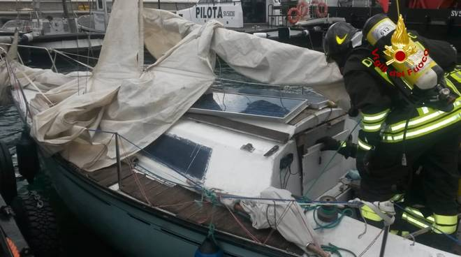 Barca a vela in difficoltà al largo di Bergeggi