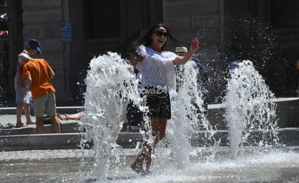 Ritorna Il caldo : i turisti si divertono  con i getti di Piazza De Ferrari