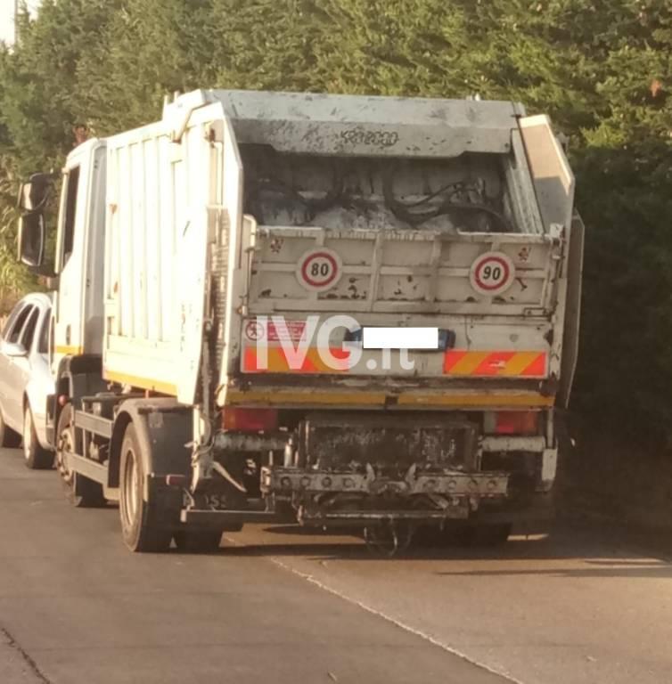 """Scooterista resta """"schiacciato"""" da un camion della nettezza urbana a Ceriale"""