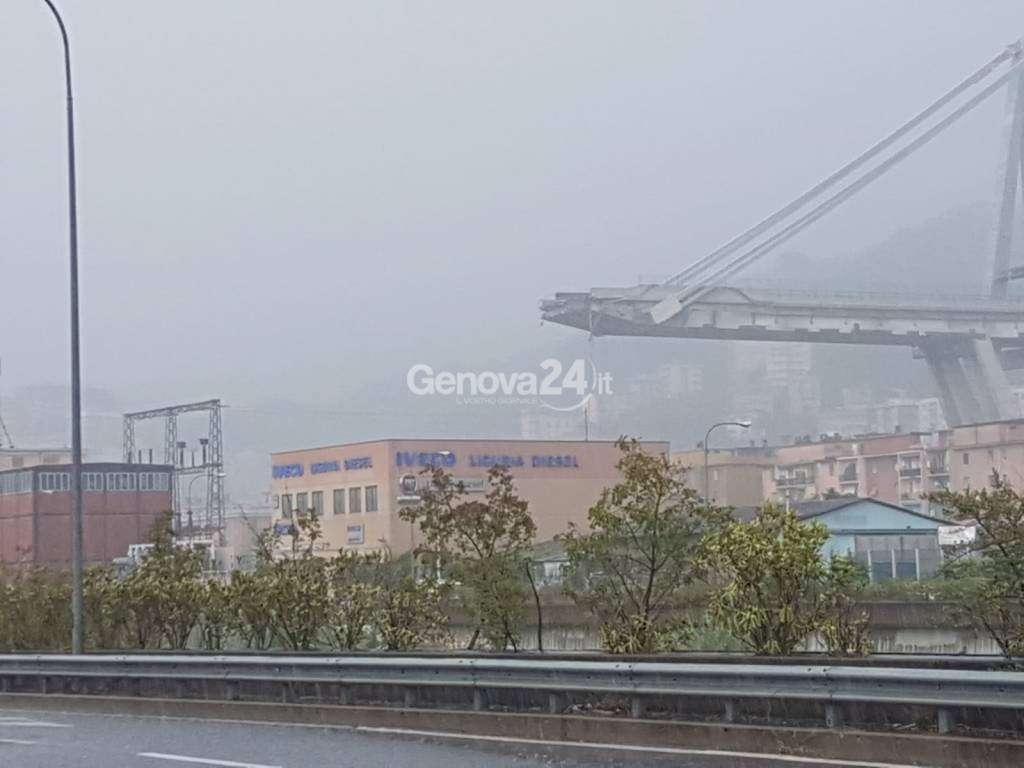 Genova, ponte Morandi crolla su autostrada A10. Persone sotto le macerie