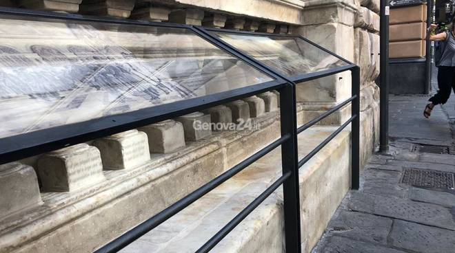 """Dissuasori """"storici"""" in piazza Banchi"""