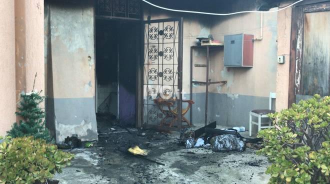 Incendio al pianterreno di un edificio in viale Pontelungo ad Albenga