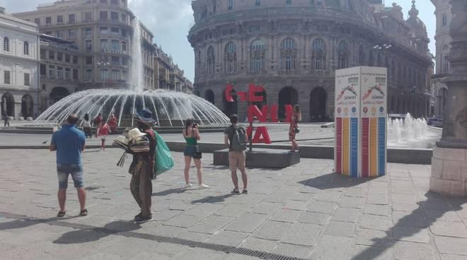 Nel giorno del lutto nazionale tante le saracinesche abbassate a Genova