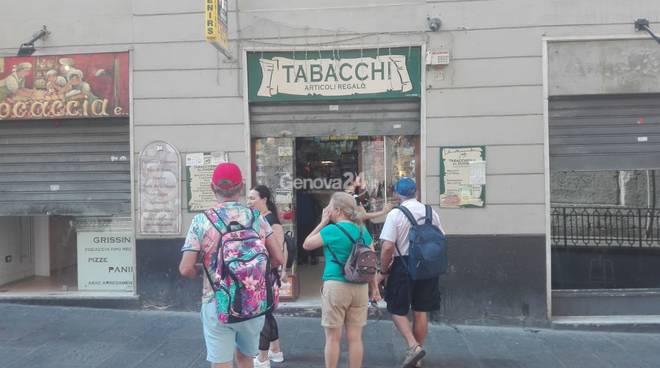 Nel giorno del lutto nazionale, tante le saracinesche abbassate a Genova