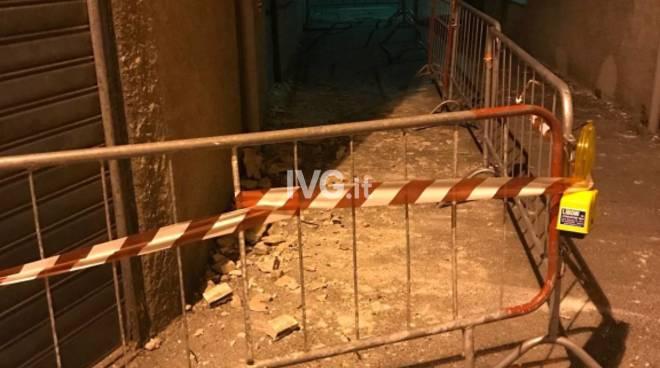 Savona, caduta di calcinacci da un cornicione: intervento dei vigili del fuoco
