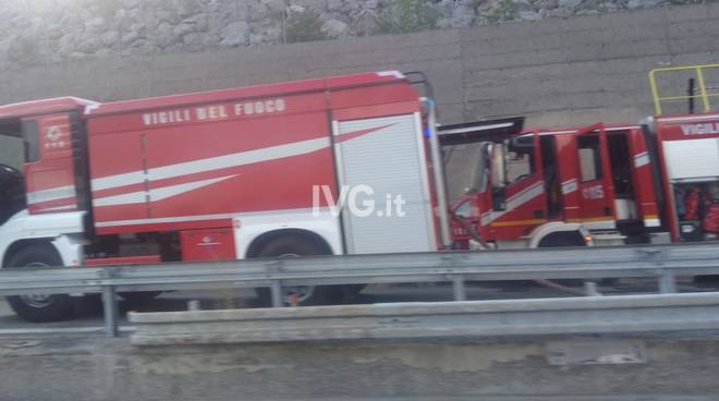 Tir in fiamme sull'autostrada