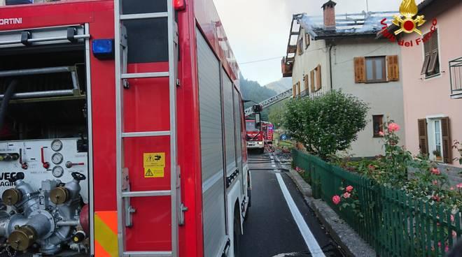 vigili del fuoco incendio tetto vvff autoscala