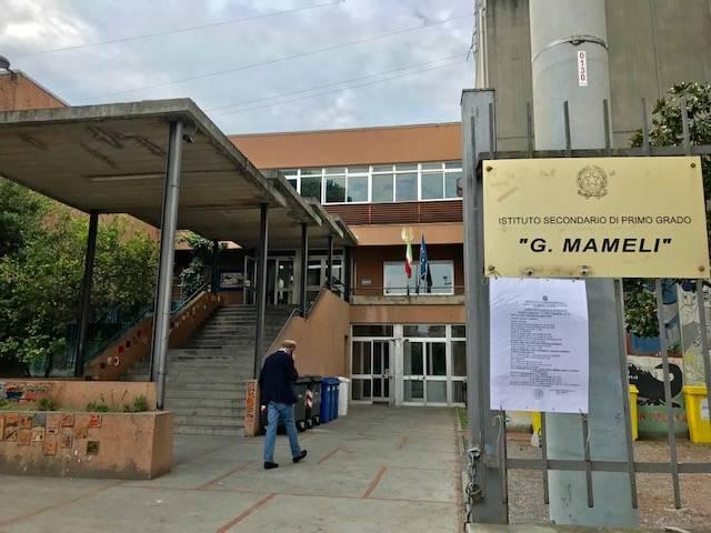 Albenga, il primo giorno di scuola celebrato con la consegna di una targa ricordo alle scuole di via degli Orti