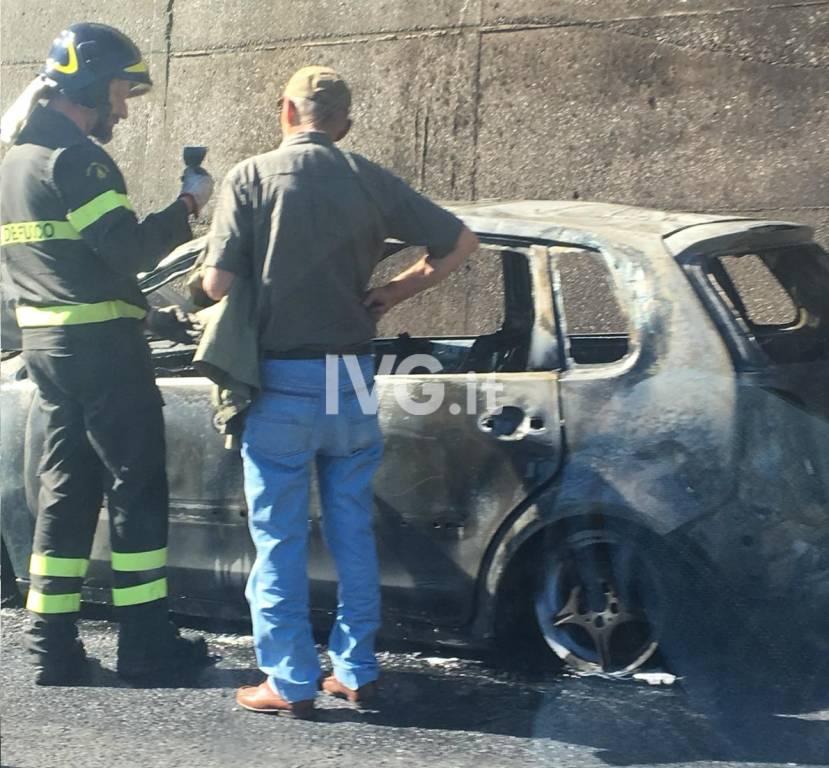 Auto in fiamme sull'autostrada a Spotorno