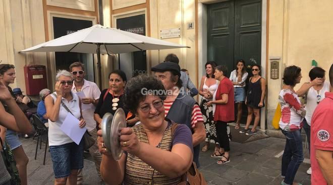 cacerolada davanti a palazzo Tursi