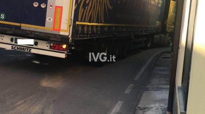 Camion incastrato a Bastia d'Albenga