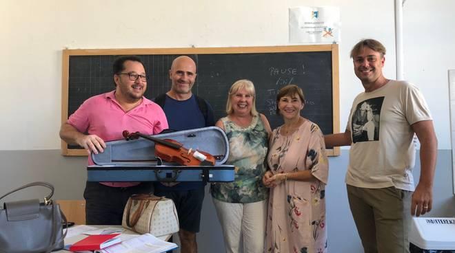 Consegna violino Forza Italia liceo musicale Albenga