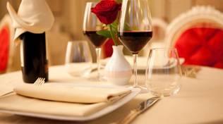 Tavolo ristorante con vino