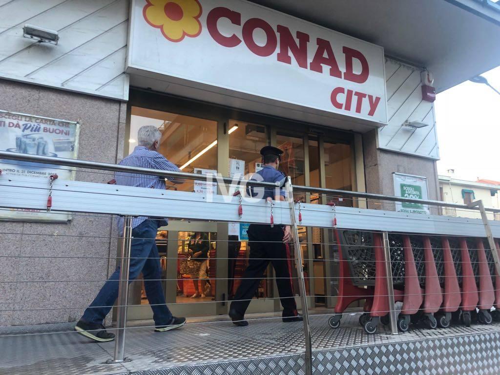 Rapina all'arma bianca al Conad di Loano