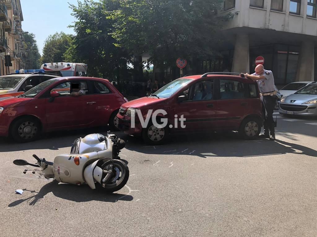 Scontro tra un'auto e uno scooter a Savona