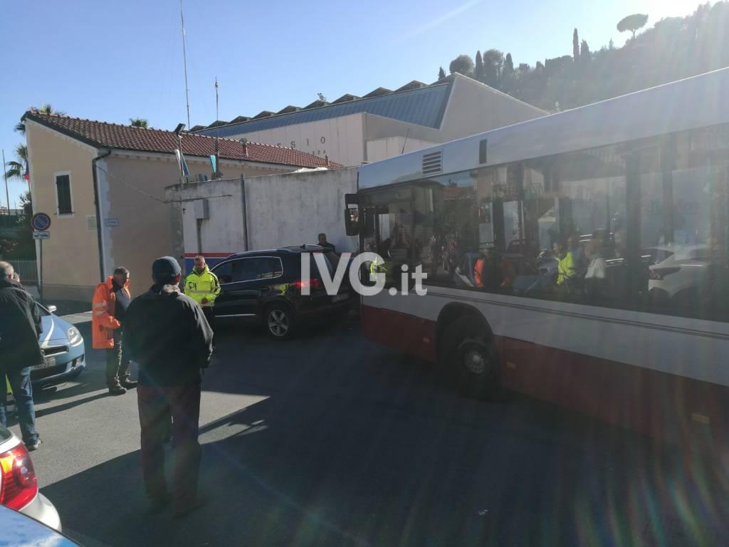 Alassio, traffico in tilt in via Neghelli