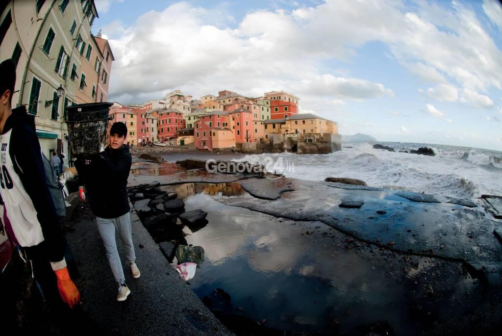 Boccadasse , uno dei borghi più belli d'Italia , distrutta dalle onde