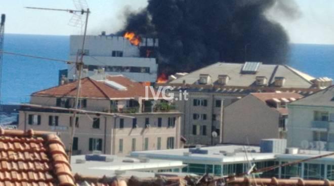 Incendio in porto