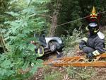 Esce di strada e resta in bilico sugli alberi, salvato dai vigili del fuoco