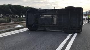 Furgone cappottato in autostrada ad Albenga