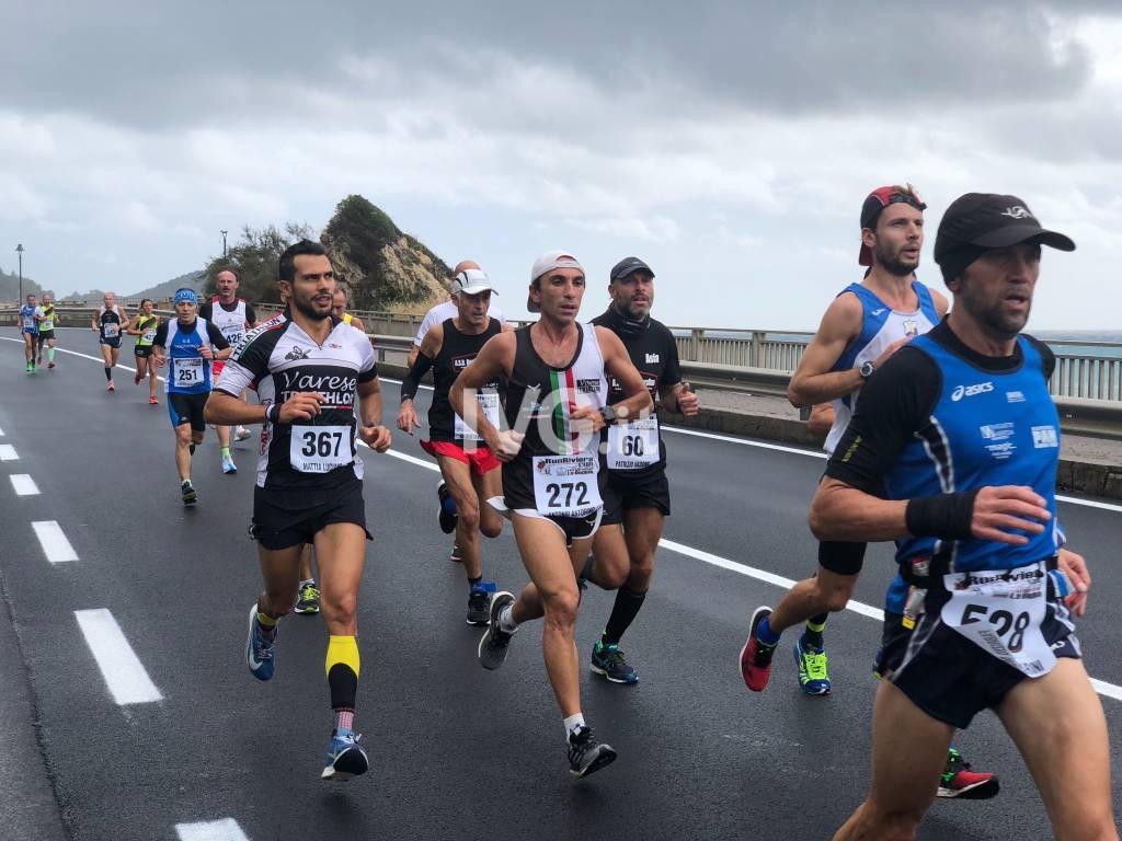 Liguria Half Marathon il passaggio degli atleti a Varigotti