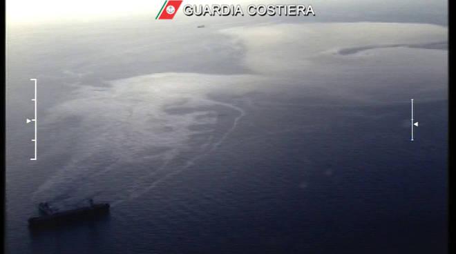 Macchia carburante dopo collisione navi