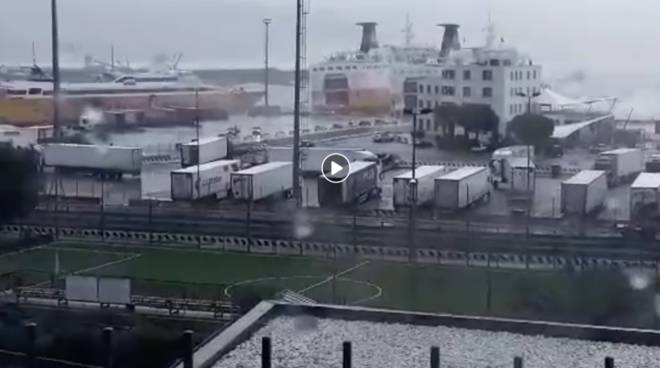 Traghetto Corsica Ferries in balia delle onde