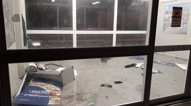 foto infopoint scolmatore fereggiano vandalizzato