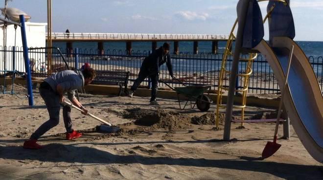Gruppo di volontari ripulisce spiagge e litorale di Ceriale
