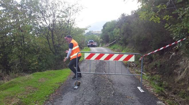 Loano, caduta di rocce e sassi sulla carreggiata: via Santa Libera chiusa al traffico