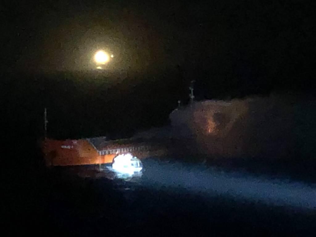 Nave in fiamme nel Mar Egeo: Costa Luminosa interviene in soccorso e salva 11 persone