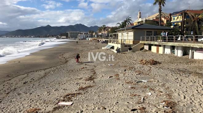 spiaggia pietra detriti mareggiata